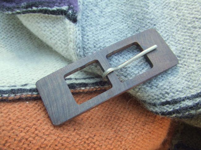 Boucle de ceinture en bois couleur chêne foncé de forme rectangulaire, 1970