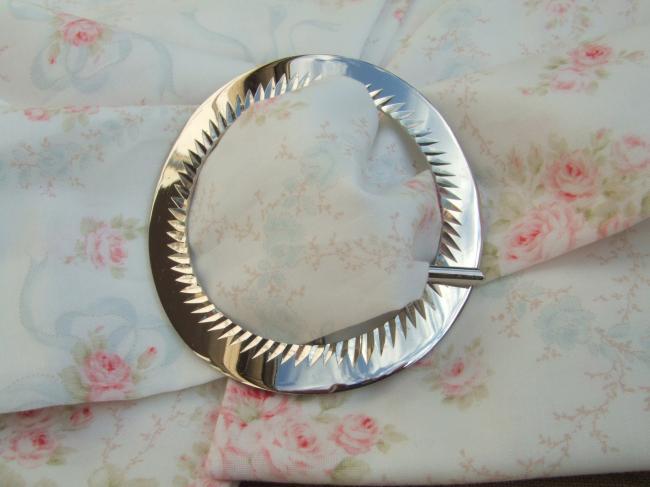 Superbe boucle de ceinture ronde en métal argenté avec décor ciselé
