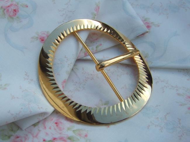 Superbe boucle de ceinture ronde en métal doré avec décor ciselé