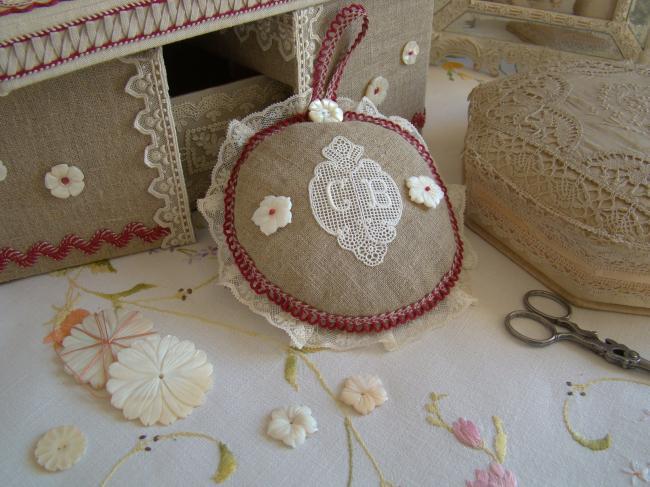 Charmant bouton de nacre blanche taillé en fleur d'Hibiscus