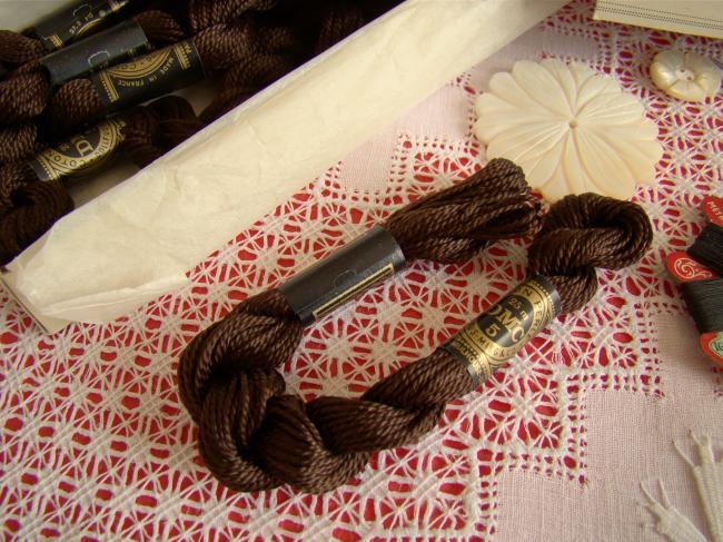 Echeveau coton perlé DMC, n°5 couleur Clou de Girofle (nuance n°938)