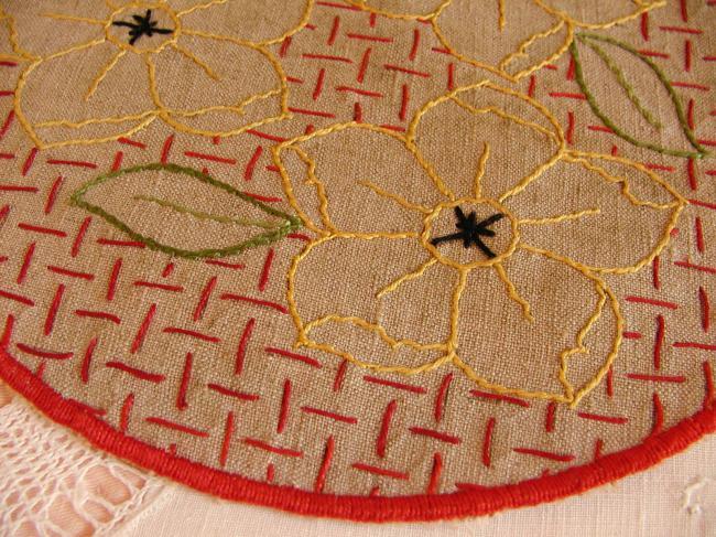 Linge ancien: Ensemble de napperons en lin grége, brodé de fleurs stylisées 1930