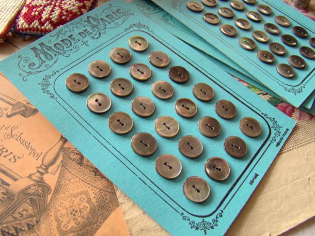 Magnifique Carte ancienne 'Mode de Paris' 24 boutons en nacre grise, faits main