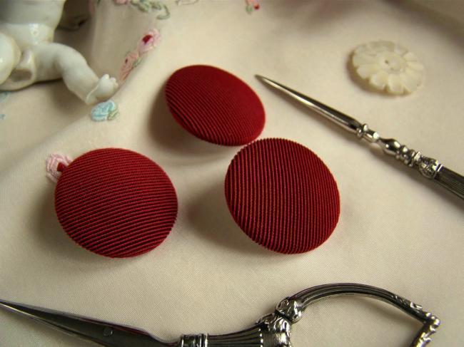 Joli bouton demi-bombé recouvert de tissu à fines côtes, rouge et noir