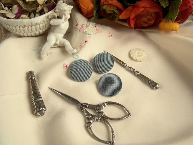 Joli bouton demi-bombé recouvert de tissu à fines côtes, gris et noir