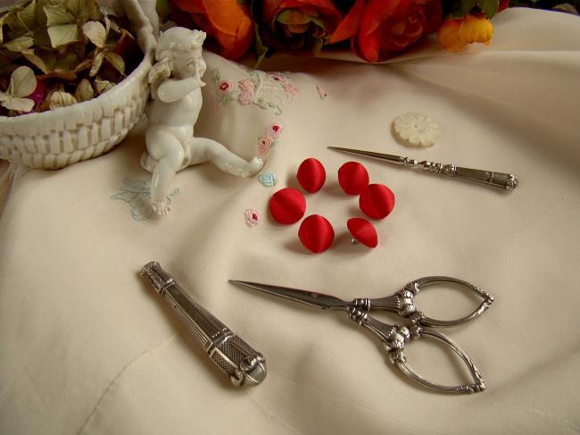 Joli bouton demi-boule recouvert de satin de coton de couleur rouge vif