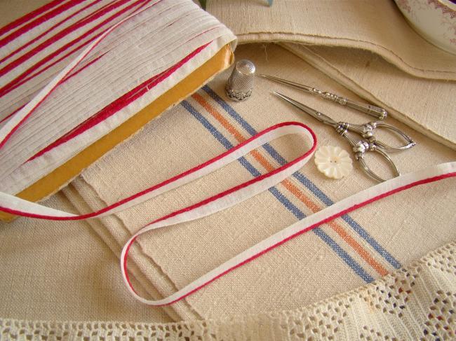 Joli ancien ruban passepoil en coton blanc et rouge  (7 mm)