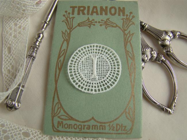 Joli monogramme I dans un cartouche ajouré de fine batiste 1900-20