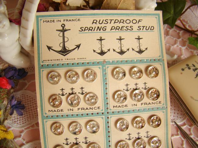 Charmante carte ancienne avec 36 boutons pression(8mm) vers 1930