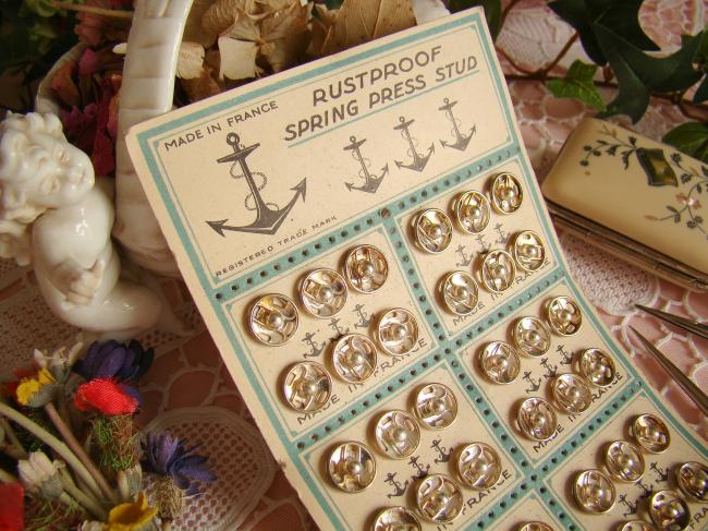 Charmante carte ancienne avec 36 boutons pression(10mm) vers 1930