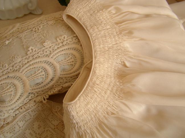 Jolie paire de manteaux capeline en soie ivoire ajourés à la main pour Jumeaux