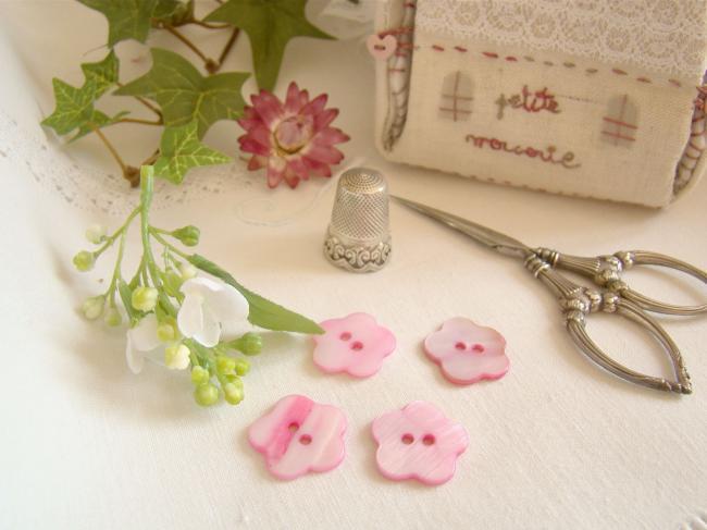 Joli petit bouton en nacre teintée rose en forme de fleur Ø 18mm