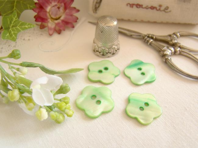 Joli petit bouton en nacre teintée vert en forme de fleur Ø 18mm