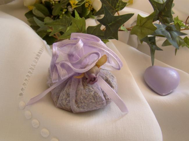Jolie petite aumonière garnie de lavande, petite rose et ruban, couleur parme