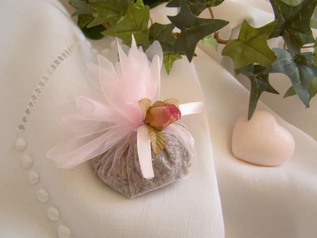 Jolie petite aumonière garnie de lavande, petite rose et ruban, couleur rose