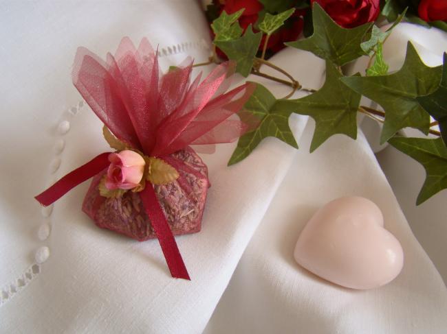 Jolie petite aumonière garnie de lavande, petite rose et ruban, couleur rubis