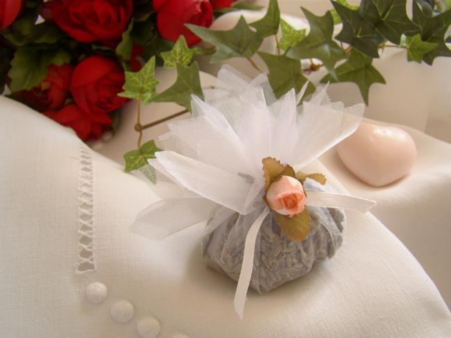 Jolie petite aumonière garnie de lavande, petite rose et ruban, couleur blanc