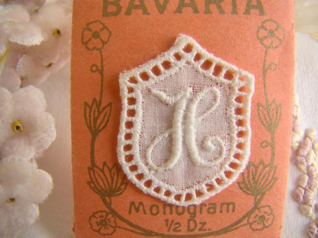 Joli monogramme H dans un cartouche ajouré de fine batiste 1900-20