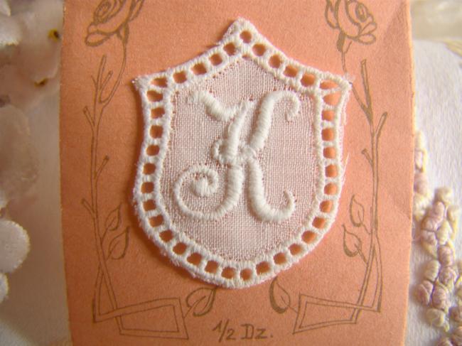 Joli monogramme K dans un cartouche ajouré de fine batiste 1900-20