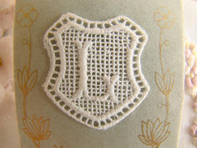 Joli monogramme L dans un cartouche ajouré de fine batiste 1900-20