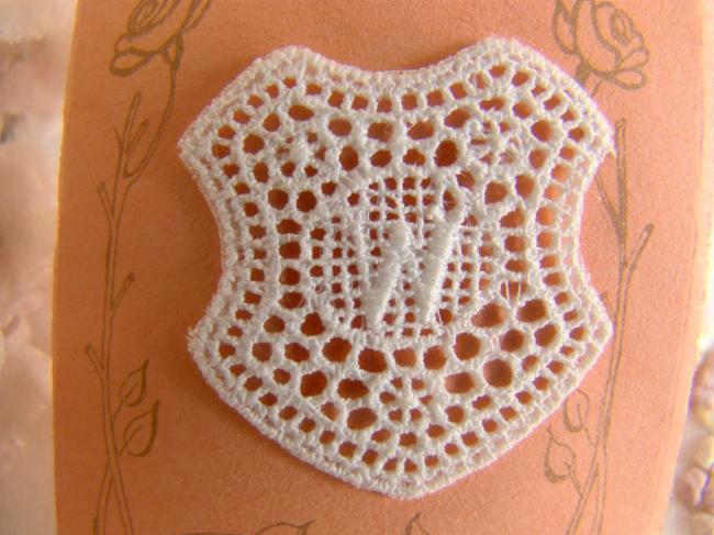 Superbe monogramme W dans un cartouche ajouré de fine batiste 1900-20