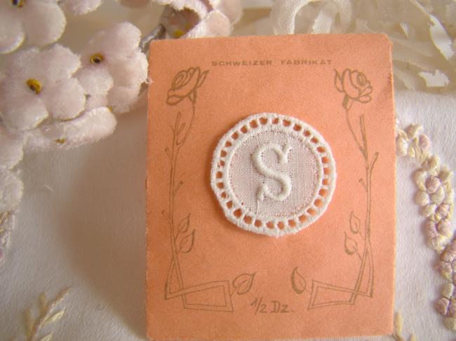 Joli monogramme S dans un cartouche ajouré de fine batiste 1900-20
