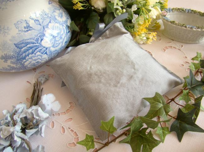 Raffinée pochette de soie brodée d'un coeur, gris perle, parfumé à la Lavande