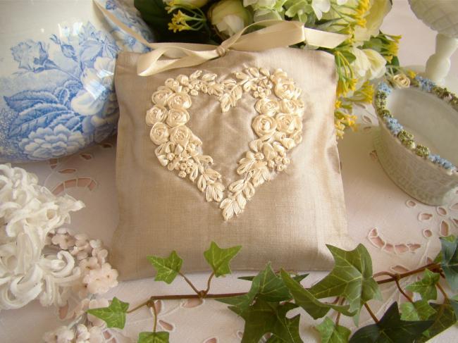 Raffinée pochette de soie brodée d'un coeur, beige et écru, parfumé à la Lavande