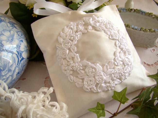 Luxueuse pochette de soie blanche brodée couronne de fleurs, parfumée lavande
