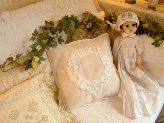 Romantique housse de coussin avec une couronne brodée roses au ruban à la main