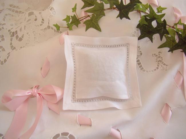 Romantique coussinet de lavande ajouré et brodé main de Lierre