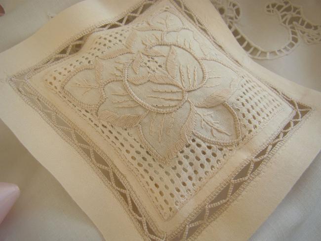 Adorable coussinet de lavande avec fleur stylisée brodée ajourée à la main(écru)