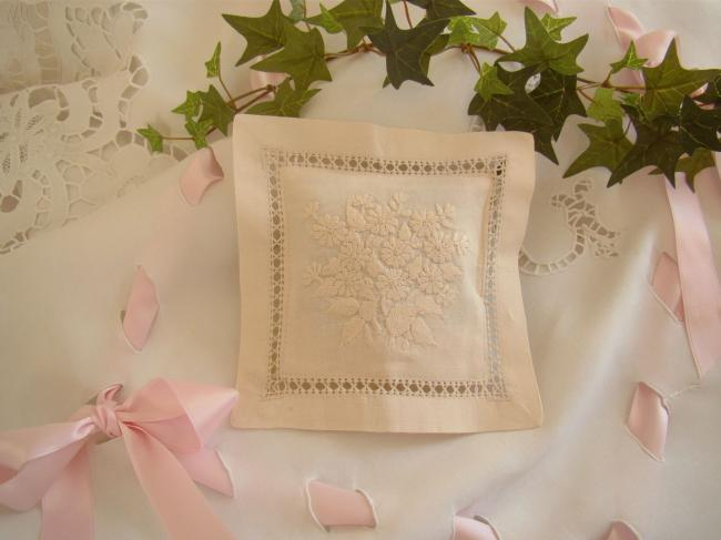 Charming lavander sachet with hand-embroidered bouquet of small daisies(ecru)