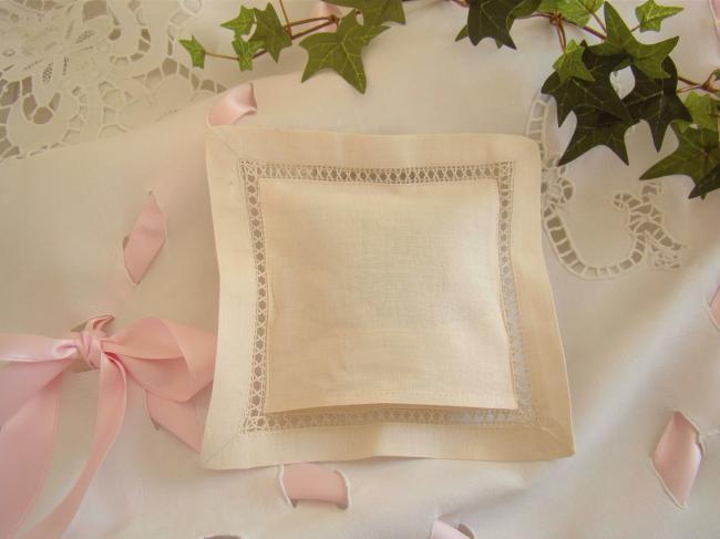 Joli coussinet de lavande avec bouquet de marguerites brodées à la main(écru)