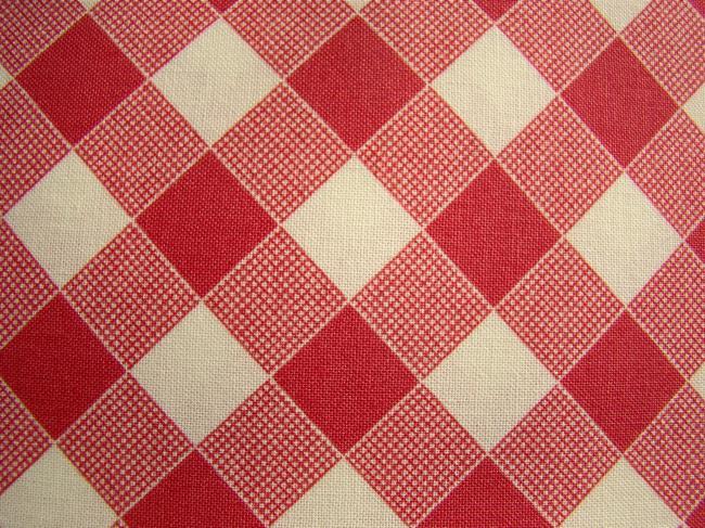 Coupon de coton à fond écru avec impression de losanges rouge fâné