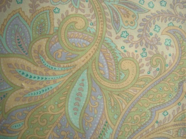 Coupon de coton à fond ivoire avec impression de grands boteh de couleurs pastel