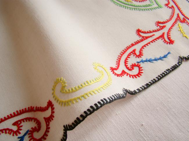 Très beau dessus de plateau brodé d'arabesques multicolores