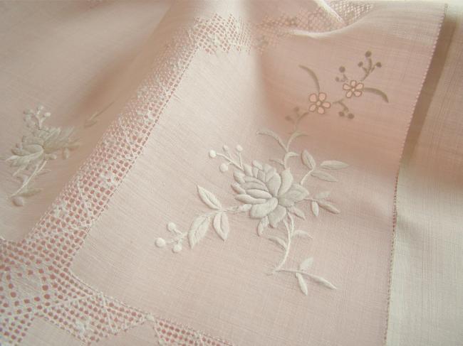 Magnifique nappe en Pinã (fibre d'ananas)brodée de roses et rivières ajourées