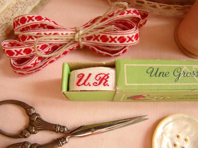 Boite de ruban blanc avec initiales 'UR' tissées en rouge 1920,  Marque Ary