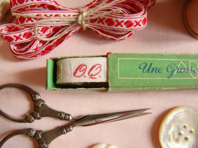 Boite de ruban blanc avec initiales 'OQ' tissées en rouge 1920,  Marque Ary