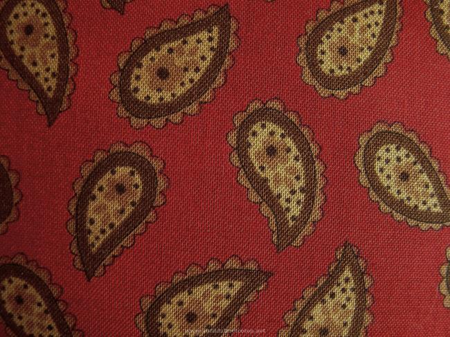 Coupon de coton à fond rouge, impression boteh ocre et vert kaki
