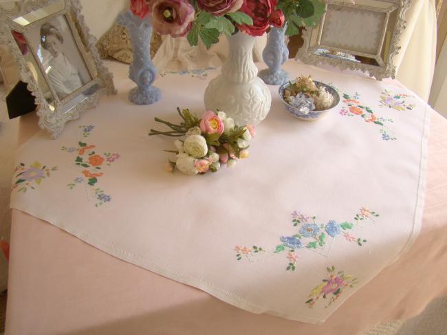 Gracieuse petite nappe en lin brodée à la main de bouquets de fleurs 1940-50