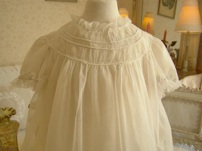 Merveilleuse robe de bébé en tulle à multiples volants et sous-robe soie 1900