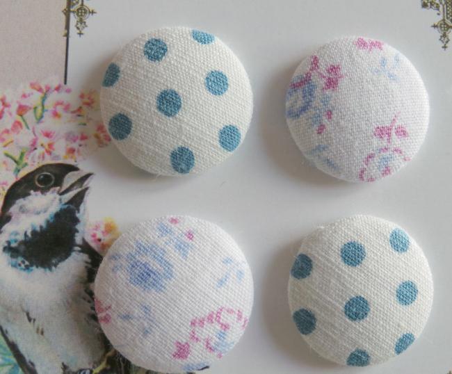 Jolie carte de 4 boutons recouverts de tissus anciens, bleu et blanc cassé 24mm