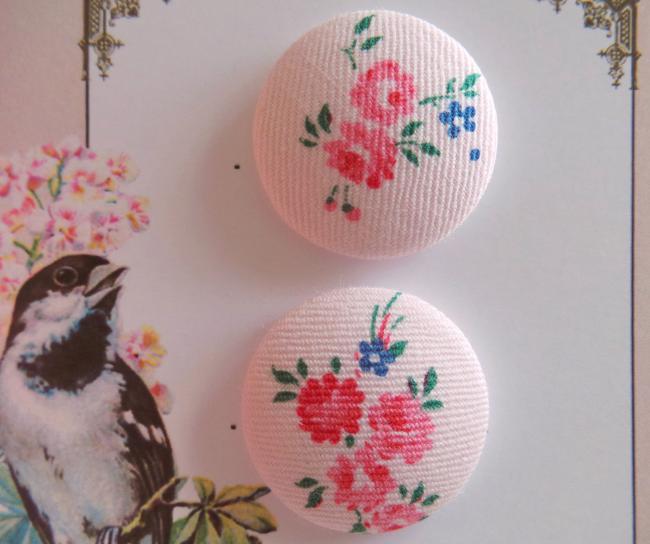 Jolie carte de 2 boutons recouverts de tissu ancien avec petites roses 28mm