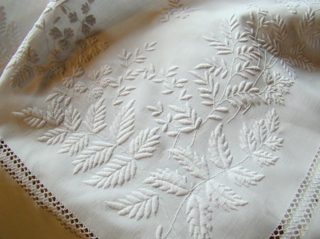 Merveilleuse nappe richement brodée de branches de Mimosa 1890