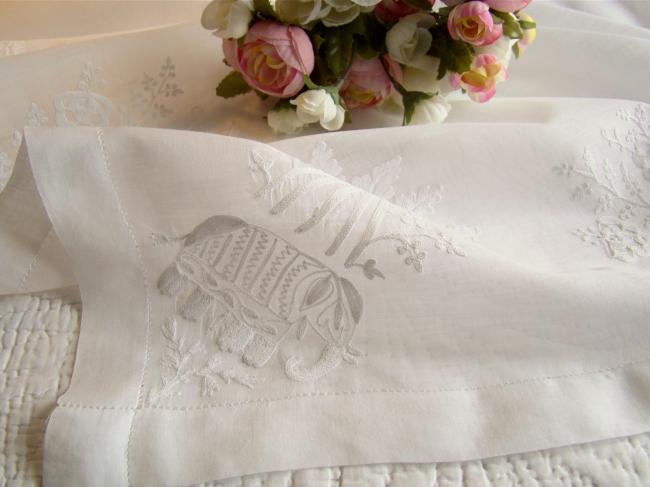 Superbe petite surnappe en voile rebrodée de bouquets et éléphants