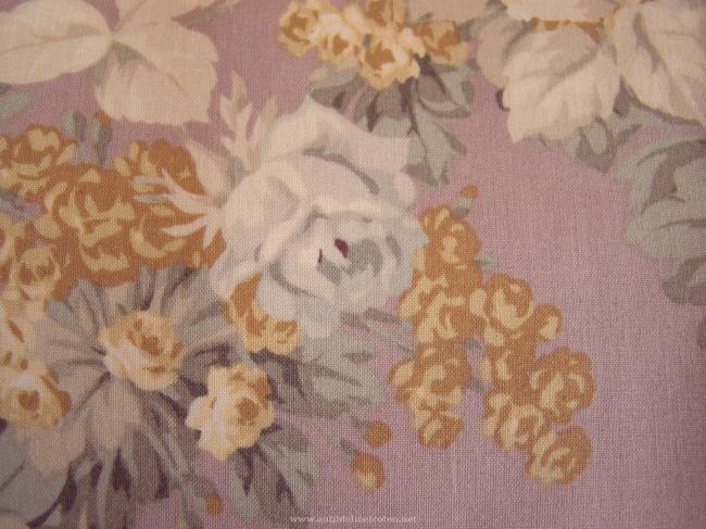 Coupon de coton à fond Parme avec impression de grandes fleurs