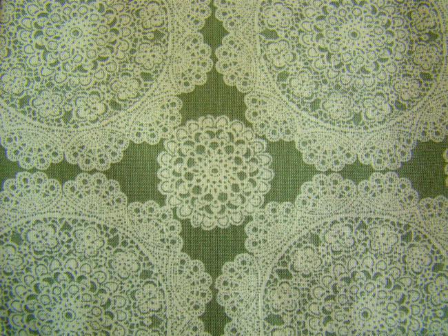 Coupon de coton à fond vert lichen et impression de rosaces en dentelle