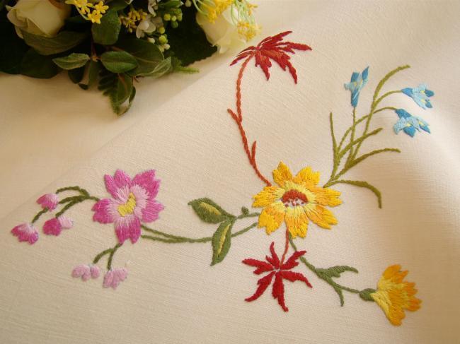 Merveilleuse nappe en lin brodée à la main de volutes de fleurs 1930